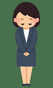 Une femme qui une s'incline quand elle se présente en japonais